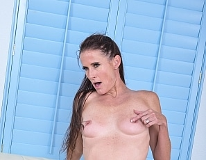 SofieMarieXXX/Milf Seduces Pool Boy